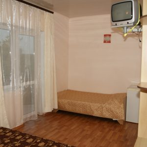 Фото трехместного номера с балконом для отдыха в Затоке в мини-отеле Шоколад