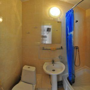 Фото санузла в четырехместном номере мини-отеля Затоки Шоколад