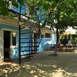 Фото столиков на заднем дворе в мини-отеле Попугай