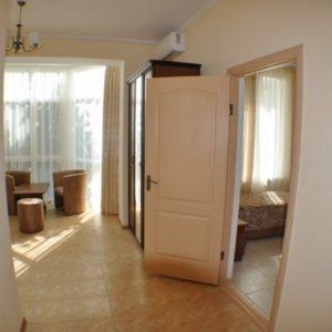 Фото коридора в двухкомнатном номере в отеле Калина