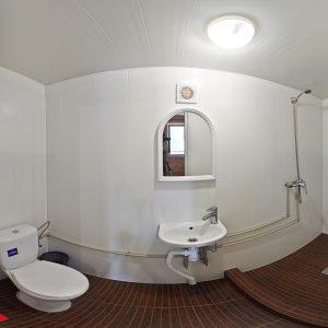 Фото санузла в трехместном номере кемпинга Ромашка для отдыха в Николаевской области
