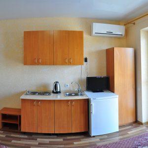 Фото кухни в трехместном номере кемпинга Престиж в Коблево на Черном море