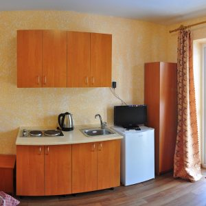 Фото кухни в номере кемпинга для отдыха в Коблево на Черном море