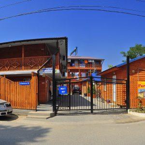 Фото вход в кемпинг Ромашка для отдыха в Николаевской области