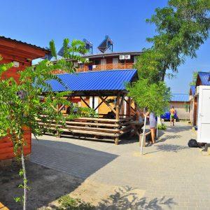 Фото двора кемпинга Ромашка в Коблево Николаевской области