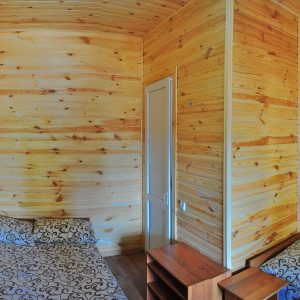 Фото трехместного номера в кемпинга Ромашка для отдыха в Николаевской области