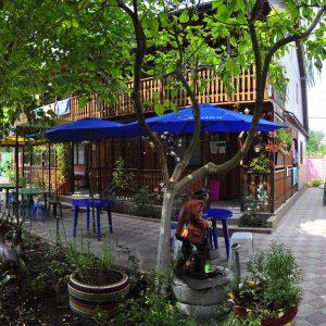 Фото столиков во дворе частного пансиона в Курортном Одесской области