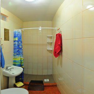 Фото санузла в номере люкс на базе отдыха Приморье