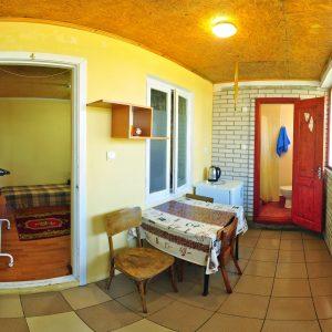 Фото кухни в трехместном номере на базе отдыха в Приморском