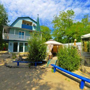 Фото двора на базе отдыха в Приморском