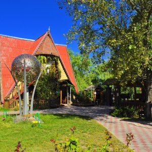 Фото лужайки у входа на базе в Одесской области