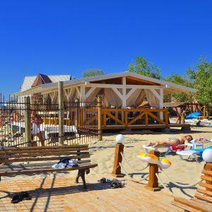 Фото летнего кафе на базе отдыха в Затоке Блик