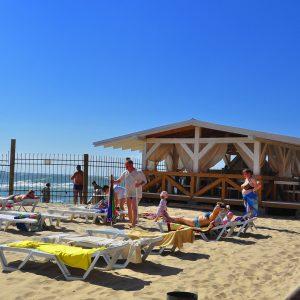 Фото вида на летнее кафе на пляже в Затоке Одесской области