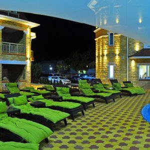 Фото вечернего двора в отеле Марсель