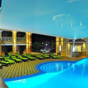Фото вечернего бассейна в отеле Марсель в Затоке