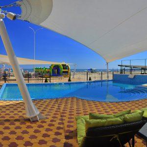 Фото двора с бассейном отеля на Черном море