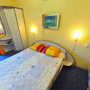 Фото спальни двухкомнатного номера на базе отдыха в Сергевке