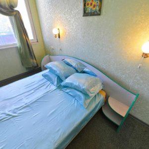 Фото спальни в семейном номере кемпинга Южный в Сергеевке