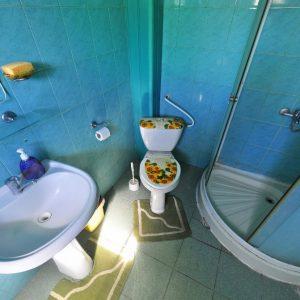 Фото санузла в семейном номере базы отдыха в Сергеевке