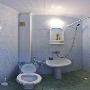 Фото санузла в трехместном номере кемпинга Южный