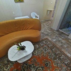 Фото дивана для отдыха в холле Кемпинга Южный в Сергеевке