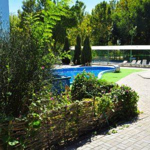 Фото дворика для отдыха в кемпинге Южный в Сергеевке